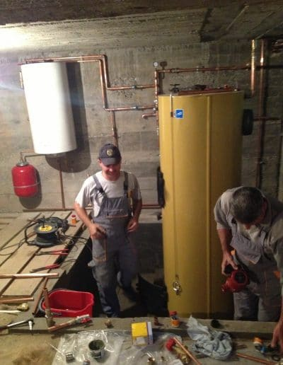tehnicieni ce instaleaza o centrala strropuva